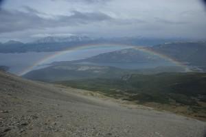 weiterer Blick vom Gipfel mit wunderschoenem Regenbogen