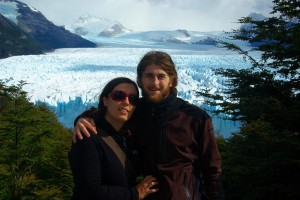 wir vor der riesigen Gletscherzunge