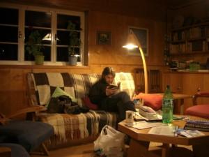 gemuetliche Lesestunde im Wohnzimmer (in der Unterkunft in Puyuhuapi)