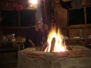 gemuetliche Abendstunden auf einem Campingplatz (Lagerfeuer auch zum Waeschetrocknen gut :-)