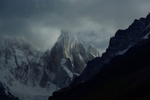Cerro Torre (Erster Berg, Spitze in den Wolken), Cerro Egger und Cerro Standthard (kleinste Spitze)