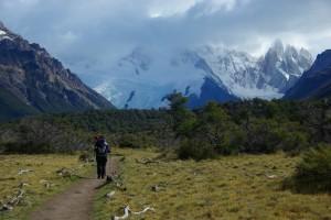 Gemuetlicher Weg durch wunderschoenes Bergpanorama