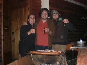 das Bier waehrend dem Grillen des Fleisches gehoert auch zu einem typischen chilenischen Asado