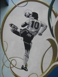 Der argentinische Fussballgott, der bei den Boca Juniors seine Karriere startete - Diego Maradonna - ist am, im und ums Stadion allgegenwaertig.