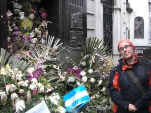 DAs Grab von Eva Peron (Evita) - das einzige Grab, das von Blumen bedeckt ist