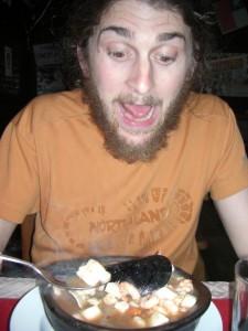 Alex laesst sich seine Fischsuppe (Pailla) schmecken