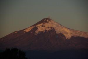 der aktive Vulkan Villarica im Abendlicht
