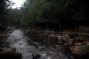 ganz urig mitten im Wald an einem Bach gelegene Thermalbecken