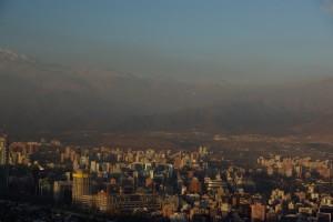 Wahnsinn der Blick auf die schneebedeckte Cordillera am Rande von Santiago