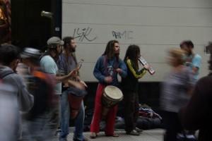 Musikgruppe mitten im Trubel der Grossstadt