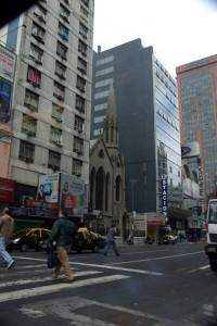 Modernes trifft auf Traditionelles - irgendwann war der Kirchturm sicher das hoechste Gebaeude des Stadtviertels...