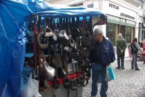 Stand mit Steigbuegeln am Flohmarkt - Gauchotradition