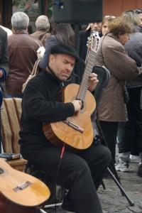Es gibt sie noch in Buenos Aires - Gitarrenspieler mitten im Trubel des Flohmarkts
