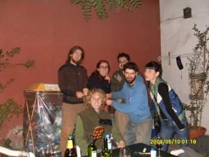 im Hostal in Santiago zeigt uns Mike aus Neuseeland in gemuetlicher internationaler Runde wie man sich selber Dreads machen kann :-)