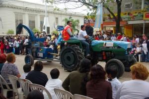 Traktor mit Haeckselmaschine mi argentinischer Fahne - was man nicht alles herzeigen kann... ;-)