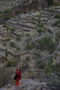 Dani inmitten der Ruinen