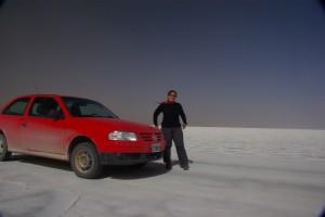 komisches Gefuehl am Salzsee mit dem Auto zu fahren - die Probe, ob man denn zu Fuss auch nicht einbricht :-)
