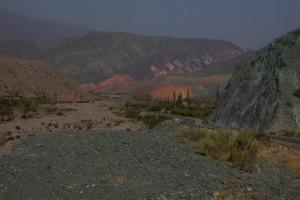Pumamarka mit dem 7faerbigen Felsen im Hintergrund