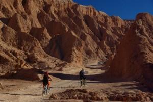 der Weg ins Valle del Muerte - Dani und Alice beim Treten :-)