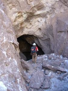 Alex beim Salzmineneingang - sieht ja richtig dunkel aus da drin