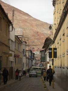 Die Strassen von Potosi - ueber allem wacht der Cerro Rico