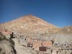 ...und ueber allem wacht der Cerro Rico, ausgehoehlt und durchloechert in ueber 10 Ebenen