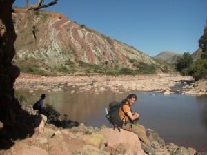 Rastplatz an einem Fluss in der Talsohle