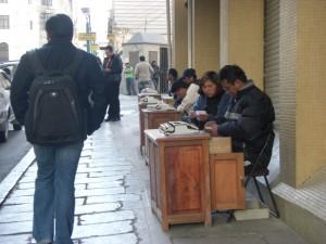 Schreibmaschinenschreiber auf den Strassen von La Paz, um Texte fuer Analphabeten abzutippen