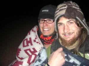 wir kuscheln uns zusammen und huellen uns in Decken, um die Kaelte auszuhalten