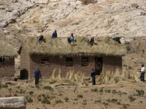 Lehmhaeuser mit Strohdaechern sind die am weitesten verbreitete Wohnform