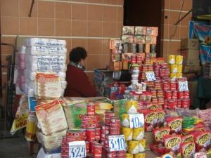 ein Verkaufsstand am Markt (es wird Fern gesehen, um die Zeit zu vertreiben :-)