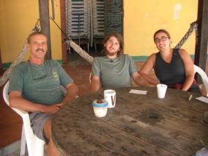 mit Kees beim morgendlichen Cafetrinken in seiner Strandbar