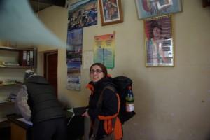Dani wartet an der bolivianischen Grenze auf ihren Stempel im Pass
