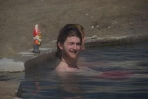 Alex geniesst das heisse Bad (mit einem Gartenzwerg unserer franzoesischen Freunde im Hintergrund :-)