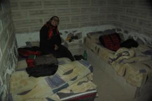 in unserem Zimmer im Salzhotel, die Waende  und auch die Betten sind wirklich aus Slaz