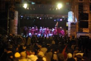 traditionelle Band am Hauptplatz und eine gewaltige Menschenmasse