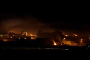 von der Tempelanlage sieht man die beleuchtete Stadt