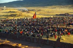 die Leute tanzen um die grossen Aymarafahnen