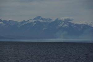 Im Hintergrund am Titicacasee die Schneeberge der Anden