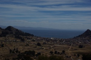 Copacabana - eingebettet zwischen 2 Huegeln und am Titicacasee, dem hoechsten schiffbaren See der Welt gelegen
