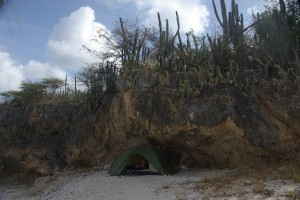 unser 1.Zeltplatz unter Felsen mit Kakteenbewuchs