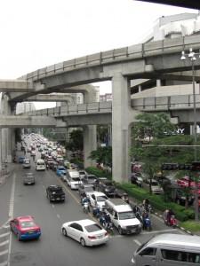 Bangkok ist eine moderne Stadt mit viel Verkehr