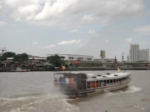 mit so nem Boot gings den Menam Chao Phraya Fluss auf und ab