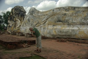 ein riesiger liegender Buddha im Wat Lokayasutharam