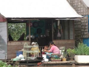 ... und Kochen - die Kueche am Hausboot. Privatsphaere ist nicht vorhanden.