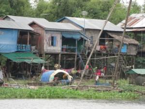 Wenn man nicht im Hausboot wohnt, dann im Pfahlbau - hat den Vorteil, dass es nicht immer schaukelt :-). Das Umziehen ist allerdings komplizierter.