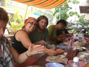 Alex beim Fleischschneiden unter Danis Anleitung :-)