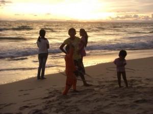 die Kinder unserer Herbergsfamilie spielen abends am Strand