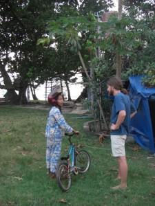 Alex mit dem Maedel von unseren Bungalows beim Naturkundeunterricht :-) so wachsen Papayas