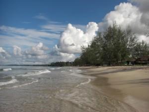 der menschenleere Strand am Morgen
